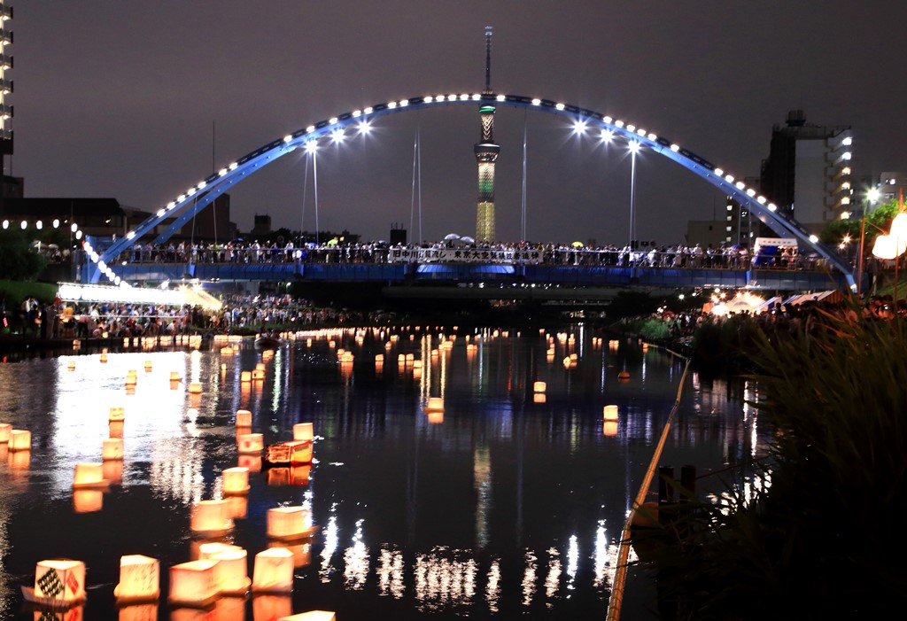 "[Koto Who's who in Koto-ku] ""Kyu-Nakagawa floating of lanterns"" which we hold on August 15 in 9, Kameido town assembly's chairperson Keizo Tokita every year. 2,400 lights floated in surface of a river last year"