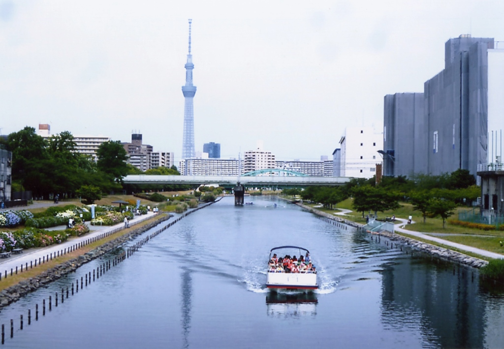 "[Koto Who's who in Koto-ku] ""Koto City canal one round Cruise"" who is popular for 9, Kameido town assembly's chairperson Keizo Tokita ""Kyu-Nakagawa hydrangea Festival"" """