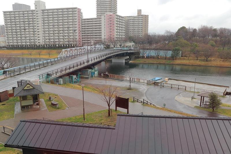 【고토 이 거리 그 사람】나카가와 후나반쇼 자료관 구 염 다케오 씨 나카가와 후나반쇼 자료관 3층의 전망실에서 본 구 나카가와・강의 역.수륙 양용 버스도 정기적으로 온다