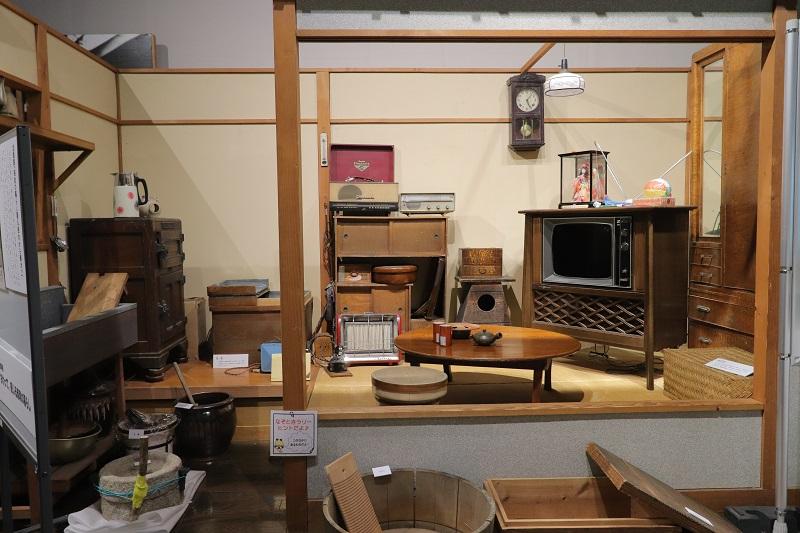 """[江東這個市鎮那個人]在中川船番所資料館久染健夫資料館2樓的""""鄉土的歷史、文化介紹展覽室""""排列令人懷念的生活工具"""