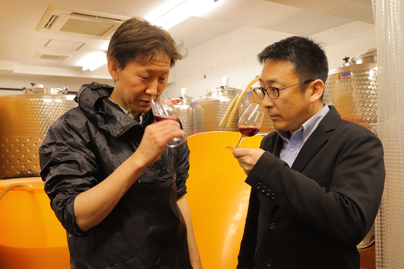 "[Koto Who's who in Koto-ku] Ueno (the right) and the staff who finish wine while making ""Fukagawa winery Tokyo"" brewing long Kosuke Ueno tasting"