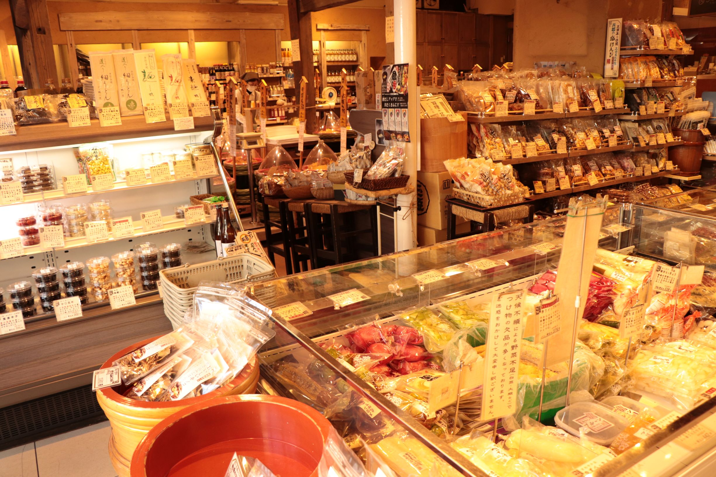 """[Koto Who's who in Koto-ku] Discerning ingredients coloring pickle and seasoning, table including stock wealthily line up other than 70 kinds of miso crowdedly in """"Sano miso Kameido main store"""" president Masaaki Sano shop."""