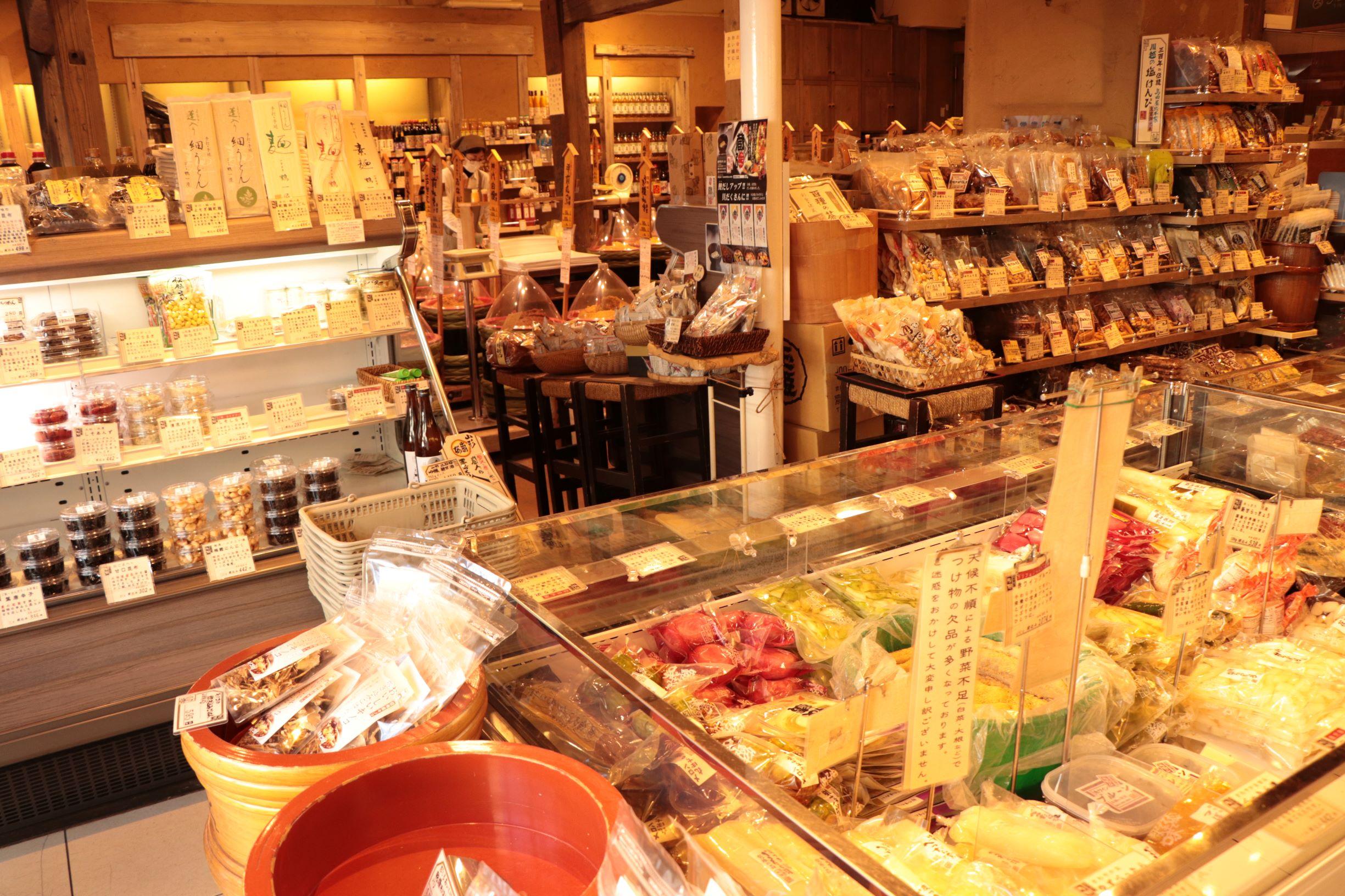 """[江東這個市鎮那個人]富裕地給醬菜以及調料,肉湯等的餐桌上色的精選的食材除了70種大醬以外""""佐野大醬龜戶總店""""總經理佐野正明店裡排隊所狹shito。"""