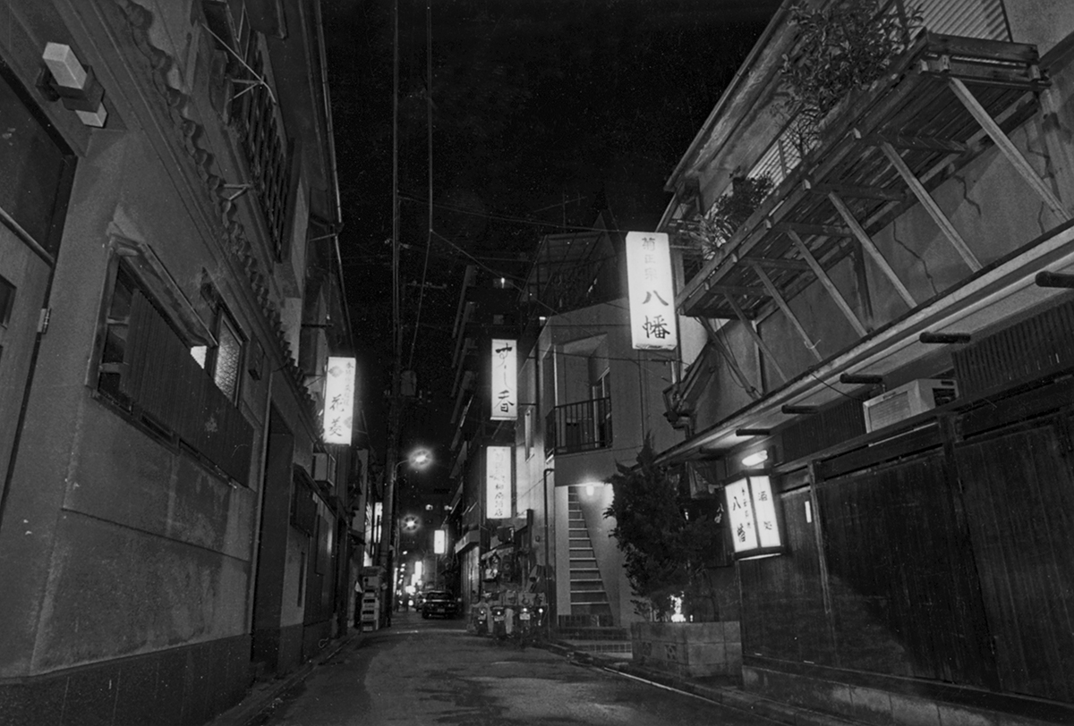 "[Koto Who's who in Koto-ku] Restaurant of Monzennakacho of the time when town magazine ""Fukagawa"" publisher Kikko Suzuki geisha in Fukagawa people were gorgeous. Bar links the eaves now. (photo courtesy: town magazine Fukagawa)"