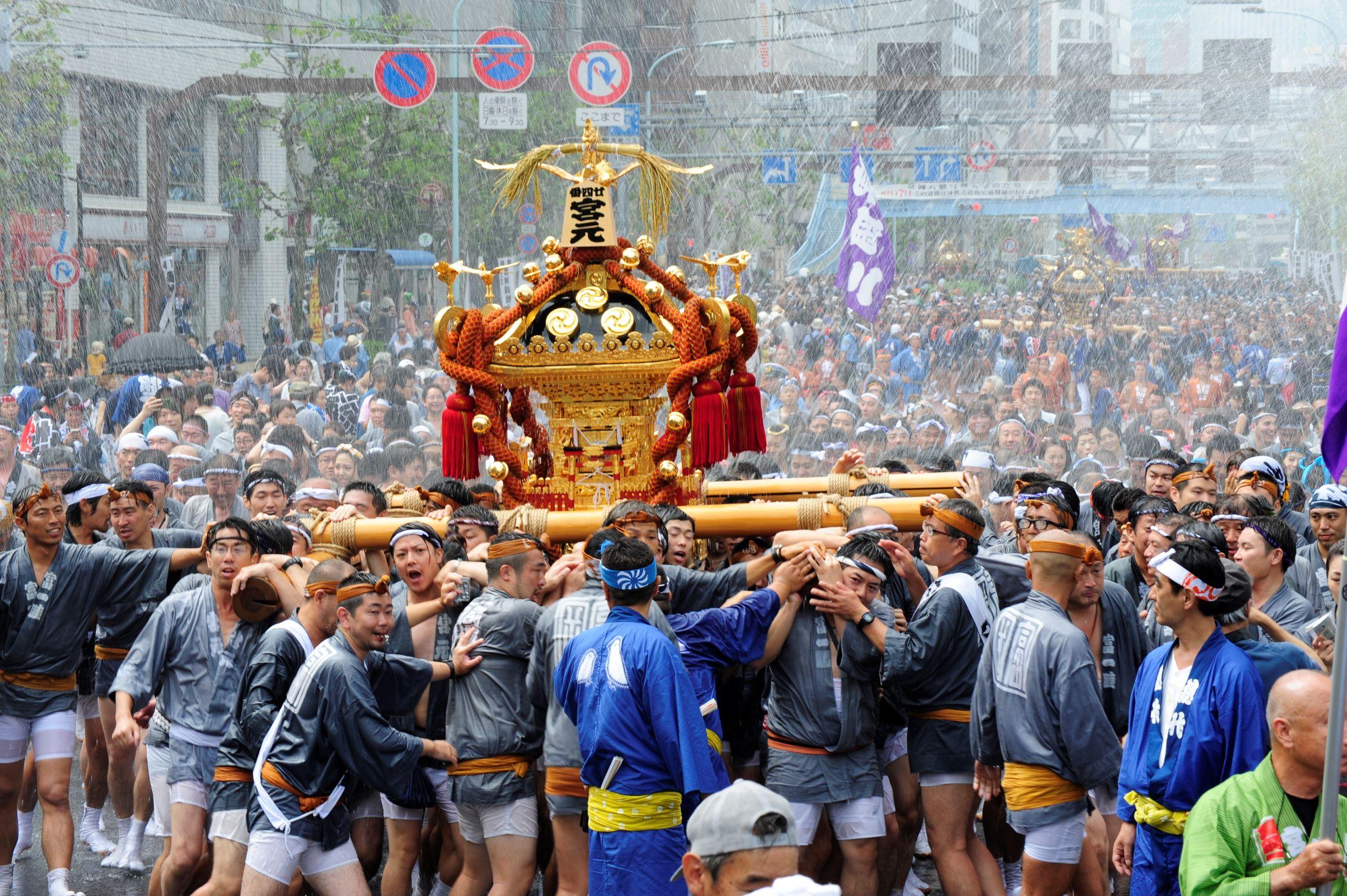 """【고토 이 거리 그 사람】타운지 """"후카가와"""" 발행인 스즈키 킥코산 에도 3대 축제의 하나로 꼽히고 있는 후카가와 야하타 축제 가마 연합 천황의 행차.53기의 각 마을 가마가 약 8킬로를 갖추어지고 천황의 행차, 별명 """"물 들여서 축제""""라고도.(사진 제공:타운지 후카가와)"""