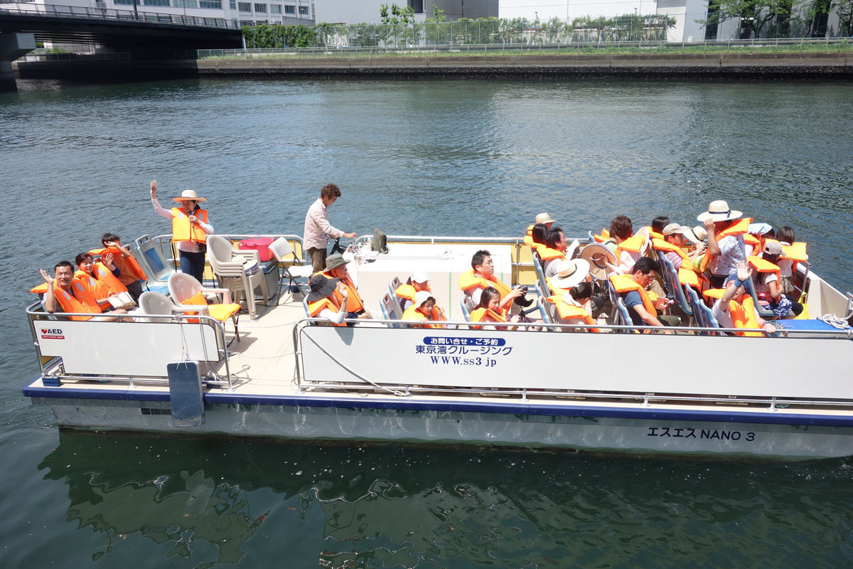 [Koto Who's who in Koto-ku] Students of Shimura laboratory acted as guide of ship at event that Shibaura Institute of Technology architecture department's professor Hideaki Shimura Toyosu district canal renaissance meeting hosted.