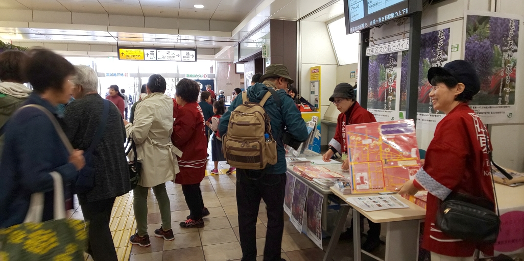 """[Koto Who's who in Koto-ku] We perform """"town walk tour"""" and guidance of tourist attraction regularly at meeting's chairperson Kazue Iwabuchi JR Kameido Station of Koto City culture tour guide."""