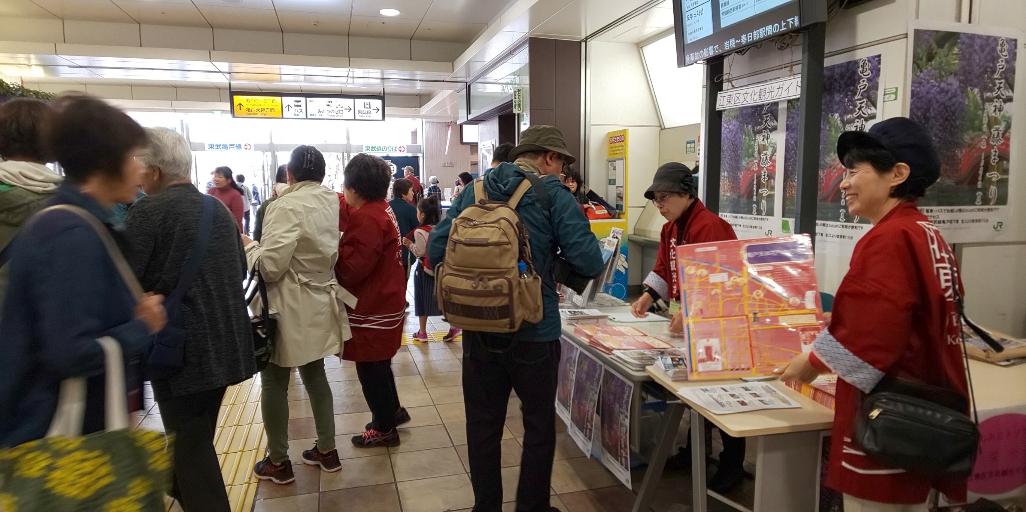 """[江东这个市镇那个人]正在江东区文化旅游向导的会会长岩渕和惠JR龟户站定期进行""""machiaruki行程""""以及旅游景点的向导。"""