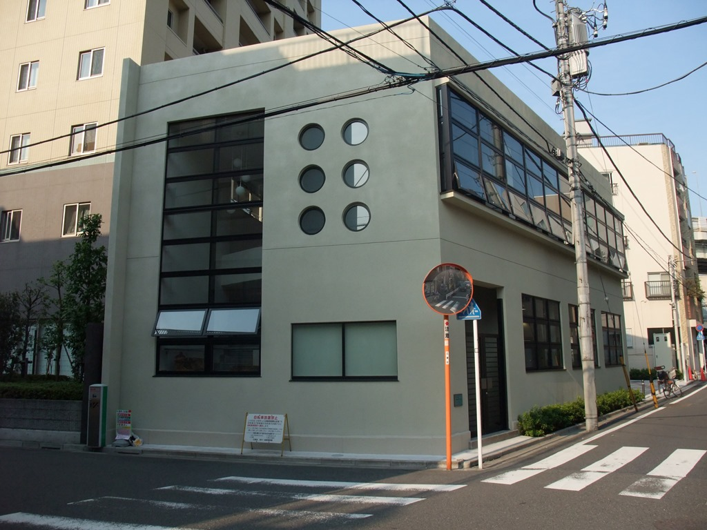 [Koto Who's who in Koto-ku] Building of 1932 architecture that window that Fukagawa Tokyo Modern Museum vice-director Jun Tatsuzawa is round is characterized by is country registration tangible cultural property building